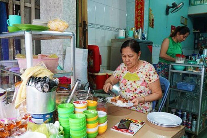 Quán cơm Việt đông khách từ sáng sớm ở An Giang - kysudulich.com