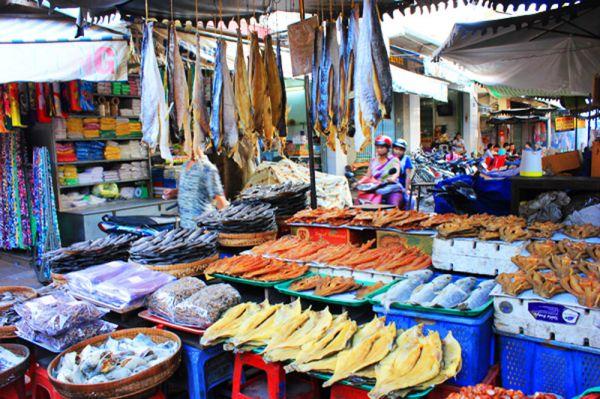 Thưởng thức món ăn côn trùng tại chợ Tịnh Biên