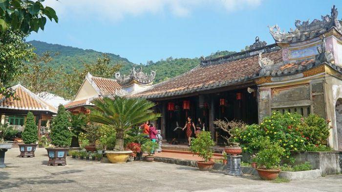Chùa cổ trăm năm tuổi trên đảo Cù Lao Chàm Hội An - kysudulich.com