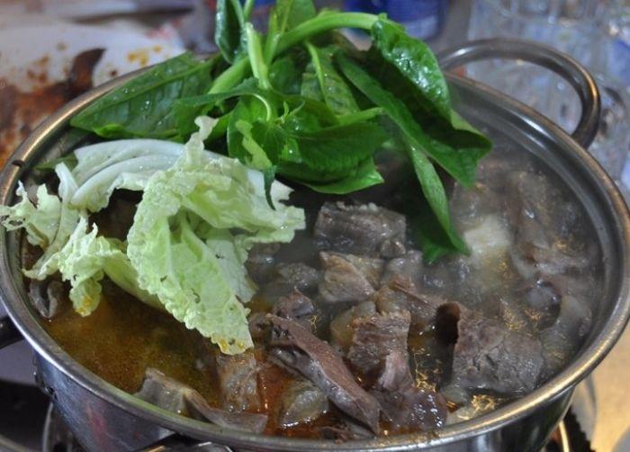 Quán bò tơ Dã Chiến nổi tiếng nằm trên đồi ở Đà Lạt - kysudulich.com